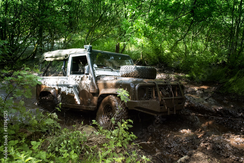 Photo  landrover driving through a mud hole