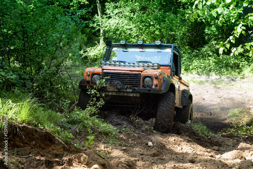 Photo  land rover drive up a steep hill