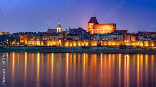 Obraz Toruń nocą, średniowieczne Stare Miasto odbite w Wiśle - fototapety do salonu