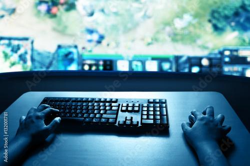 Zdjęcie XXL Człowiek grający w gry komputerowe