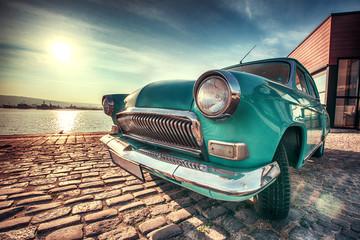 Rocznika samochód blisko morza