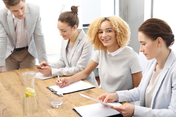 Zespół pracowników podczas pracy.Grupa młodych pracowników na spotkaniu firmowym w sali konferencyjnej