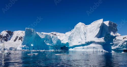 La pose en embrasure Antarctique Eisberg in der Antarktis