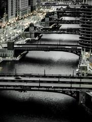 Miejskie mosty rzeczne o zmierzchu