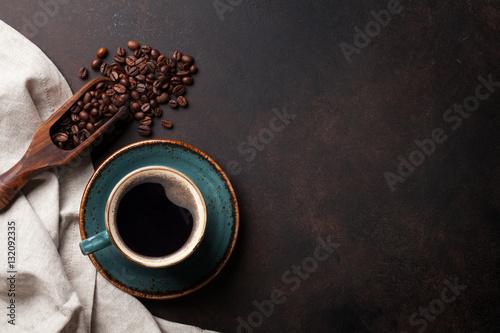 Filiżanka kawy na starym stole w kuchni