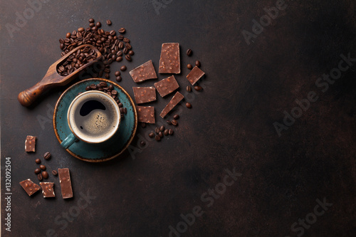 Foto op Plexiglas Chocolade Coffee cup and chocolate on old kitchen table
