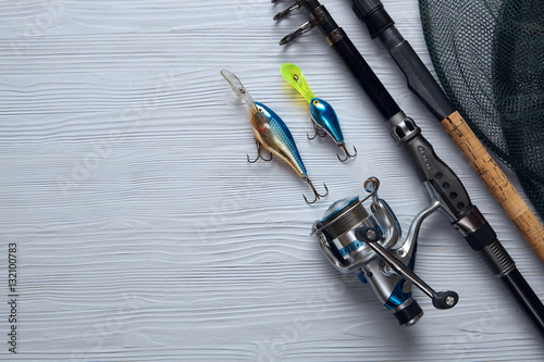Fotografía  Fishing tackle - fishing spinning, hooks and lures on wooden bac