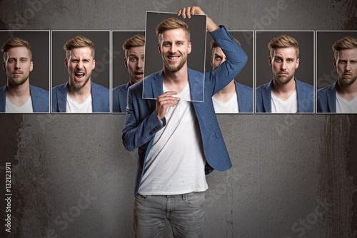 Fotografia  Mann zeigt verschiedene Gesichtsausdrücke