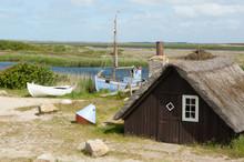 Fischerhütte Und Zwei Boote Am Ringköbing Fjord, Jütland, Dänemark