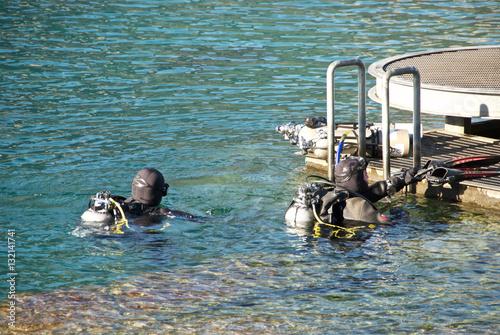 Fotografie, Obraz  Coppia di sommozzatori sportivi pronti ad immergersi
