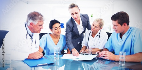 Fotografía  Team of doctors and businesswoman having a meeting