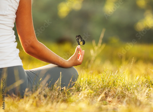 In de dag School de yoga Young woman practicing morning meditation in nature at the park. Health lifestyle concept.