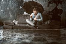 Mann In überfluteter Wohnung
