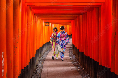 Poster Kyoto Women in traditional japanese kimonos walking at Fushimi Inari Shrine in Kyoto, Japan