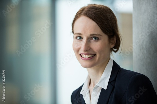 Fototapety, obrazy: Smiling businesswoman in office