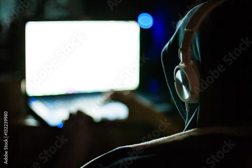 Photo  Computer hacker working on laptop in the dark