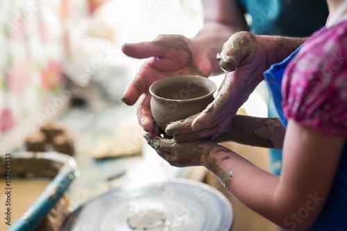 Carta da parati Senior potter teaching a little girl the art of pottery
