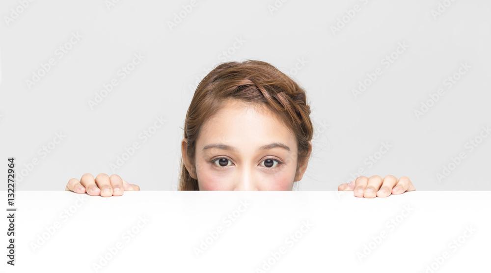 Fototapety, obrazy:  テーブルを覗き込む少女