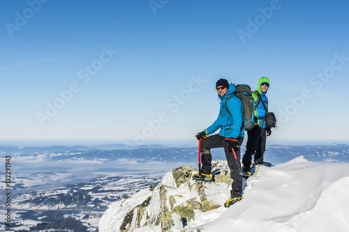 In de dag Alpinisme Two tourists on top of a mountain.