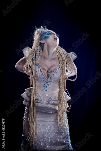Photo  emotional actress woman in makeup and costume queen of elves or snow queen on bl
