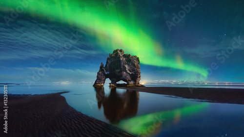 Poster Noorderlicht Hvitserkur Northen Lights Green Reflection - ICELAND