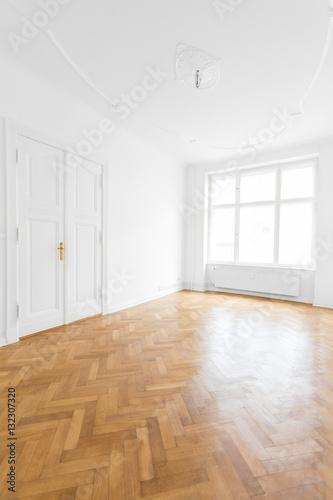 Leeres Zimmer Altbau Wohnung Mit Parkett Boden Buy This Stock