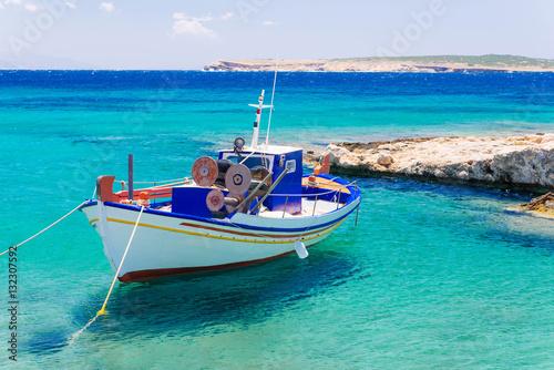 Foto auf AluDibond Schiff Old fishing boat, Paros
