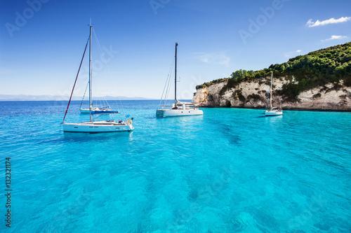 Obraz premium Żaglówki w pięknej zatoce, wyspa Paxos, Grecja