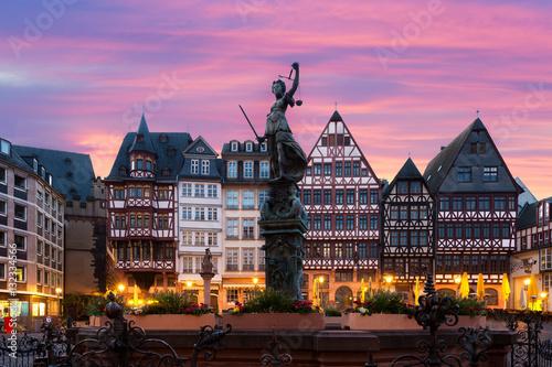 Fotografía  Frankfurt Old town square romerberg with Justitia statue in Fran