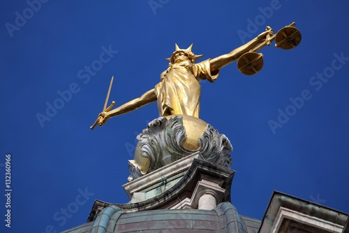 Платно  Justice statue - Old Bailey, London