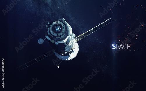 Zdjęcie XXL Statek kosmiczny. Kosmiczna sztuka, tapeta science fiction. Piękno głębokiej przestrzeni. Miliardy galaktyk we wszechświecie. Elementy tego obrazu dostarczone przez NASA