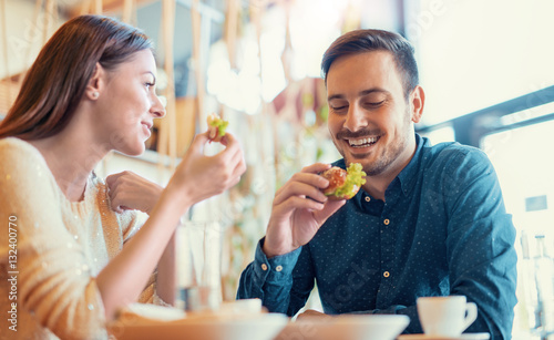 Fotografía Beautiful young couple sitting in a cafe, having breakfast