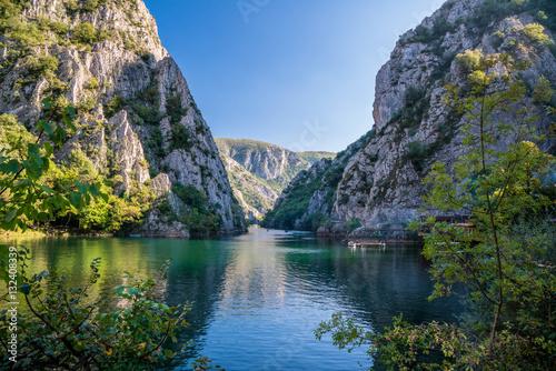 Zdjęcie XXL Widok piękna atrakcja turystyczna, jezioro przy Matka Jarem w Skopje otoczeniach. Macedonia.