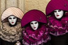 Trio Masqué Et Costumé, élegance, Raffinement Et Beauté, Costume Et Masque Vénitien Durant Le Carnaval De Venise En Italie