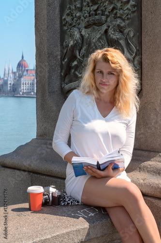Valokuva  Beautiful blonde tourist on the famous bridge in Budapest