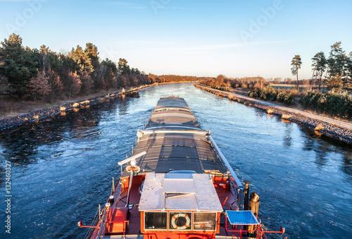 Photo inland vessel drives a canal river along