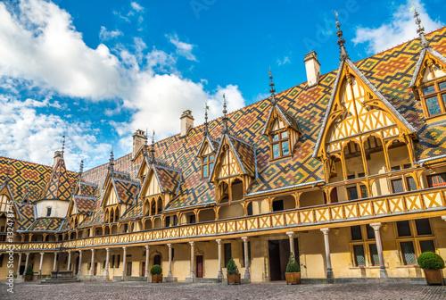 Staande foto Oude gebouw Courtyard of Hotel Dieu, Beaune, France