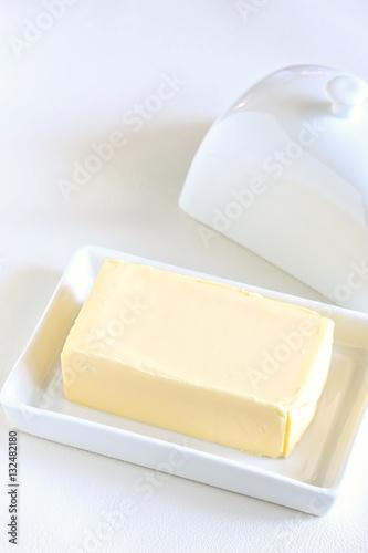 Spoed Foto op Canvas Zuivelproducten Butter in Butter Dish