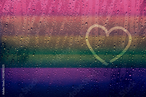 Fotografía  Lonely Heart Shape Drawn on glass window with Rainbow Gradient Color and droplet