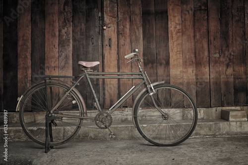 Türaufkleber Fahrrad vintage bicycle leaning against wooden wall