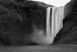 Wodospad Skogafoss w czerni i bieli - 132513116