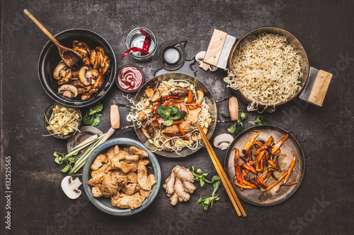 Photo  Asian  stir-fry wok with chicken, noodle and vegetables, top view composing on dark vintage background