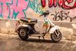 Kaputter aber fahrbereiter Motorroller in der Stadt