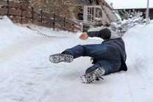 Unfallgefahr Im Winter - Ein Mann Ist Auf Der Straße Ausgerutscht Und Hingefallen
