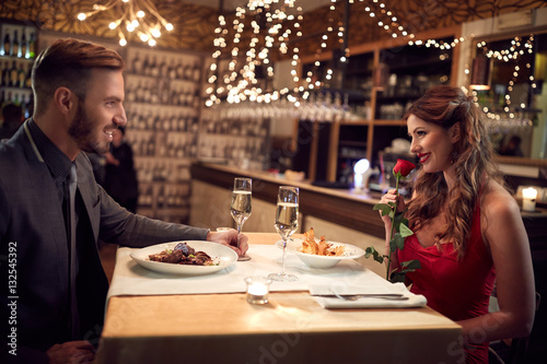 Cuadros en Lienzo Romantic couple have dinner in restaurant