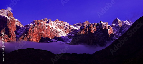 Spoed Foto op Canvas Violet beautifull cloudy sunrise in the mountains with snow ridge
