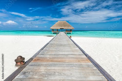 Drewniane molo prowadzące do loży relaksacyjnej. Wyspy Malediwy