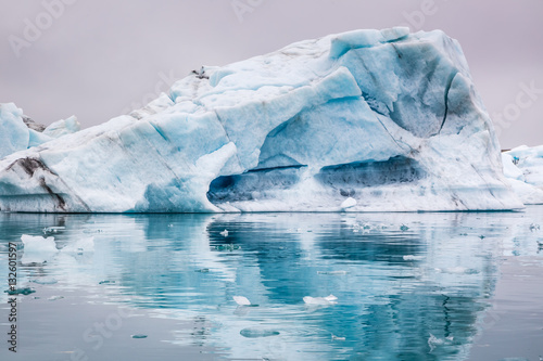 Poster Glaciers Stunning blue icebergs floating on the lake, Iceland