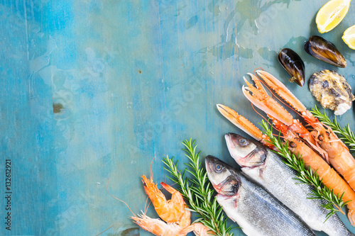 Photo  Fresh seafood and fish flat lay scene on blue background with copy space