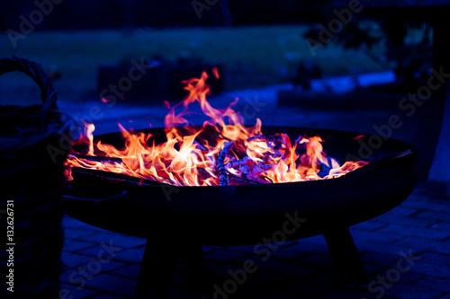 Lagerfeuer Mit Feuerschale Kaufen Sie Dieses Foto Und Finden Sie